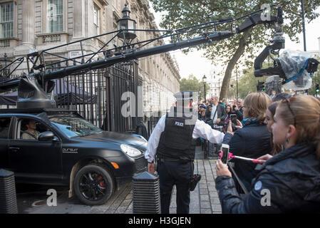 London, UK. 8. Oktober 2016. Dreharbeiten zum neuen Transformers-Film in der Downing Street auf den Stufen des No10, - Stockfoto