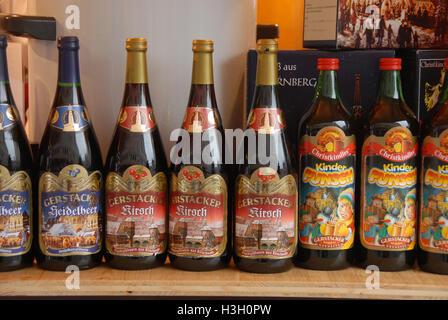 Flaschen von lokal produzierten Glühwein (Glühwein) an den Nürnberger Weihnachtsmarkt in Nürnberg, Bayern, Deutschland - Stockfoto