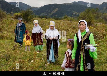 Kasachisch-Familie im Bereich nach Tusau Kesu Zeremonie Hunnen Village in der Nähe von Almaty Kasachstan - Stockfoto