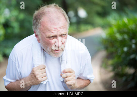 Closeup Portrait, senior Mann hält, Handtuch, sehr müde, erschöpft vom über Anstrengung, Sonnenstich, isoliert im - Stockfoto