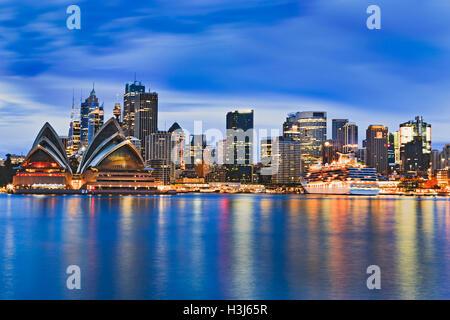 Stadtbild von Sydney Stadt CBD über Hafen bei Sonnenaufgang, die hellen Lichter der Wolkenkratzer und Hauptgrenzstein - Stockfoto