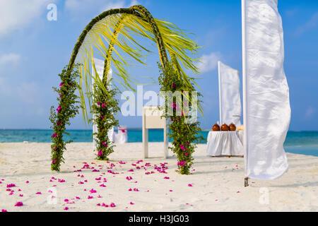 Toller Strand Hochzeit Ort. Vintage-Stil. Schöne Hochzeit Bogen am Strand - Stockfoto