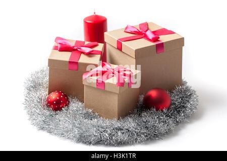 Einige Weihnachts-Geschenk-Boxen Baum Kugeln Lametta Garland und eine Kerze, isoliert auf weiss. - Stockfoto