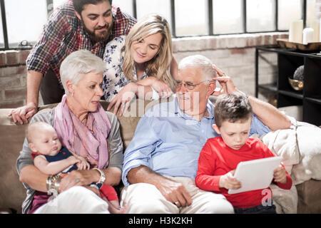 Drei-Generationen-Familie mit digital-Tablette zu Hause - Stockfoto