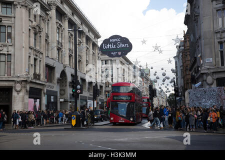 London, UK, 8. Oktober 2016, Welt berühmten Weihnachtsbeleuchtung in Oxford Street London © Keith Larby/Alamy Live - Stockfoto