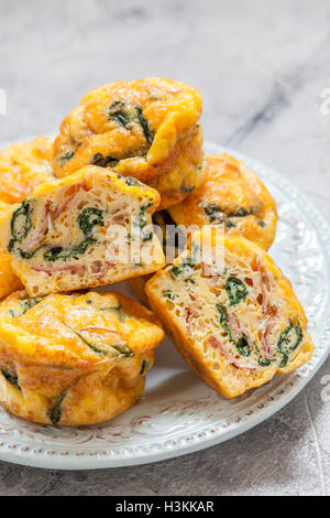 Ei-Muffins mit Spinat und Speck Stockfoto
