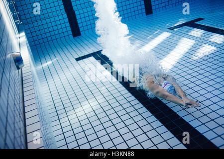 Unterwasser Aufnahme des weiblichen Schwimmer Schwimmen im Pool. Passen Sie junge weibliche Schwimmer Ausbildung - Stockfoto