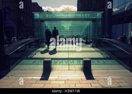 Silhouetten von Menschen in der Stadt vor dem Hintergrund der Eingang zur u-Bahn-Station Buchanan - Stockfoto