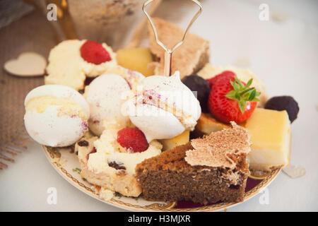 Eine Auswahl an hübschen Kuchen begeben Sie sich auf einer Platte auf eine englische Tee-party - Stockfoto