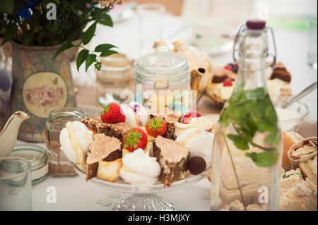 Eine Auswahl an schönen Kuchen, begib dich auf eine Tabelle - Stockfoto