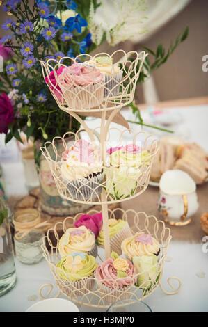 Ziemlich bunte Cupcakes auf eine Multi-tiered Kuchenplatte - Stockfoto