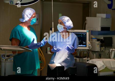 Krankenschwester und Chirurgen mit Diskussion im Krankenhaus Theater - Stockfoto