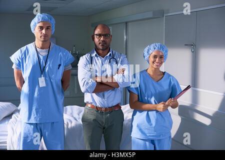 Porträt von Reifen männlichen Arzt und zwei Sanitäter auf Krankenstation - Stockfoto