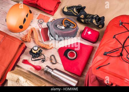 Rucksack Kletterausrüstung : Draufsicht der kletterausrüstung verpackung mit roten