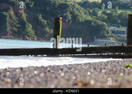 Hölzerne Meer bricht im Meer in Teignmouth South Devon - Stockfoto
