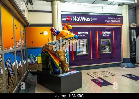 London, UK. 11. Oktober 2016. Brighton Belle gehört zu 45 Riesen Snowdog Statuen die platziert werden, um & Hove - Stockfoto