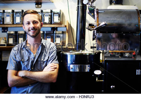 Porträt des jungen Mannes im Coffee-shop - Stockfoto