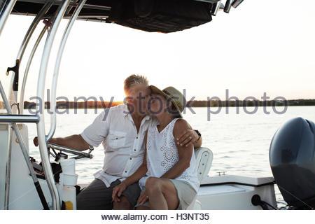 Älteres Paar, sitzen auf Boot, küssen - Stockfoto