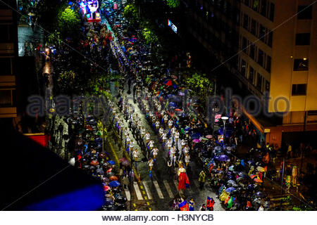 Eine bunte Parade marschiert auf der Hauptstraße in Quito, Quito Spanisch Gründung durch Sebastian de Benalcazar - Stockfoto