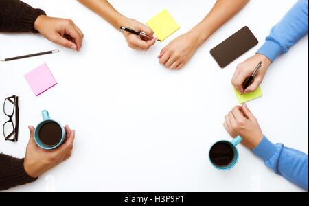 Gruppe von Menschen die Hände Arbeit Raum Tischkonzept - Stockfoto