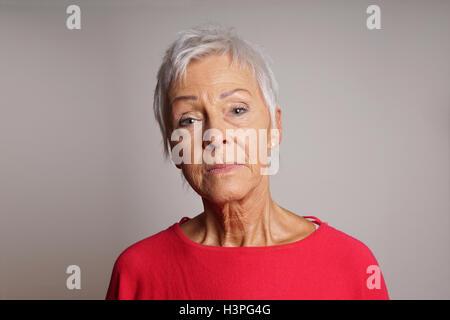 Reife Frau mit dem Kopf hoch gehalten - Stockfoto