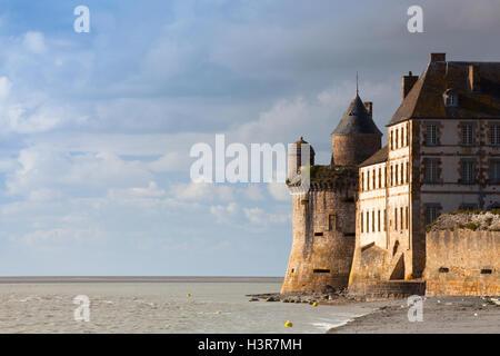 Detail der berühmten historischen Le Mont Saint-Michel Gezeiten-Insel an einem sonnigen Tag mit blauem Himmel und - Stockfoto
