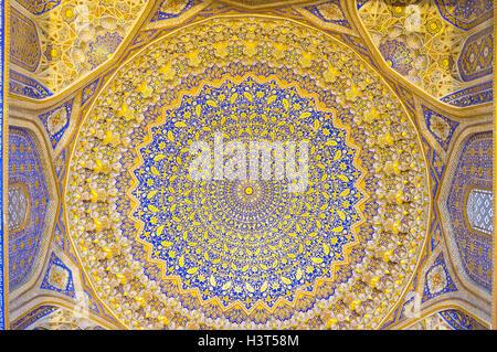 Die geschnitzten Gips Kuppel verziert mit vergoldeten Muster auf blauem Hintergrund in der Moschee von Tilya Kori - Stockfoto