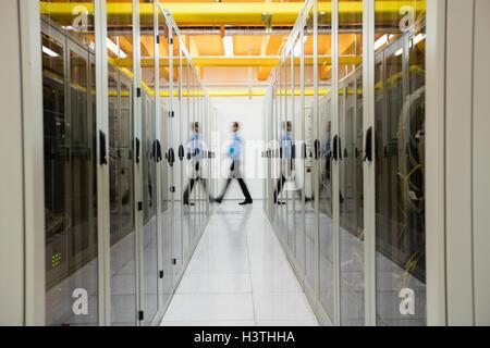Techniker im Serverraum - Stockfoto