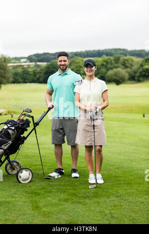 Zu zweit stehen mit Golfclub und Tasche in Golfplatz - Stockfoto