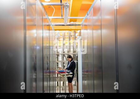 Techniker arbeiten im Serverraum - Stockfoto