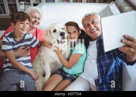 Großeltern und Enkelkinder ein Selbstporträt mit digital-Tablette nehmen - Stockfoto