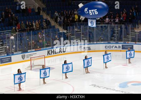 moskau russland 1 oktober 2016 eine m dchen reinigung das eis w hrend einer saison 2016. Black Bedroom Furniture Sets. Home Design Ideas
