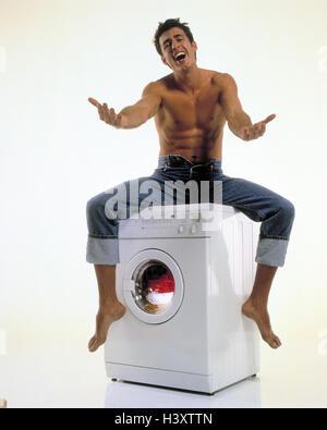 mann junge sitzen essen waschmaschine nudelgericht hausmann single single haushalt. Black Bedroom Furniture Sets. Home Design Ideas