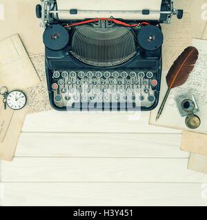 Antike Schreibmaschine und Vintage-Office-Tools auf Holztisch. Vintage-getönten Hintergrund - Stockfoto