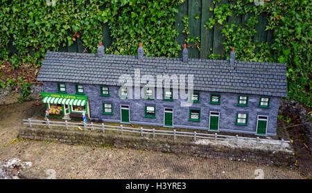 Dorfladen und terrassenförmig angelegten Bungalows am Bekonscot in Beaconsfield, Buckinghamshire, England, - Stockfoto