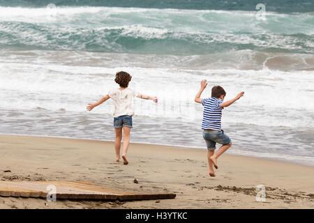 Jungen und Mädchen spielen am Strand, Almeria, Andalusien, Spanien - Stockfoto
