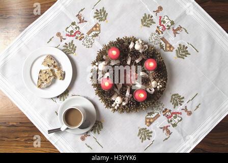Tisch Tisch Kappen Adventskranz Platte Obst Brote Kaffeetasse