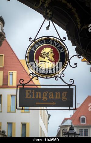 Ein Bier-Zeichen in einem Gasthaus in Dresden, Altstadt, Deutschland. - Stockfoto