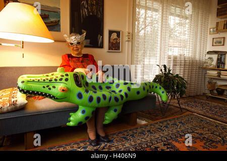 sofa senior sitzen halten sie schwimmen tier frosch. Black Bedroom Furniture Sets. Home Design Ideas