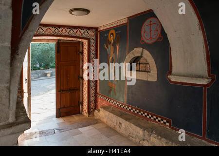 Malerei des Erzengels Michael am Eingang des Klosters Krka, gelegen im Nationalpark Krka, Dalmatien, Kroatien. - Stockfoto