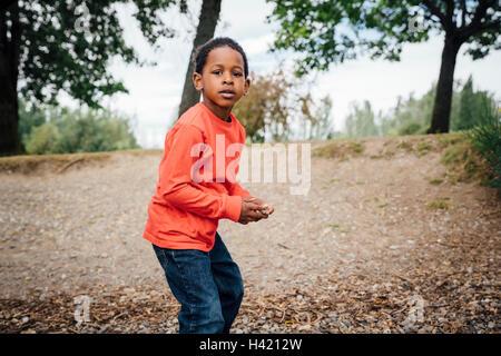 Schwarzer Junge Abhaltung Stein - Stockfoto