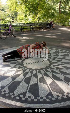 """John Lennon """"Imagine"""" Mosaik Denkmal am Strawberry Fields im Central Park, New York. - Stockfoto"""