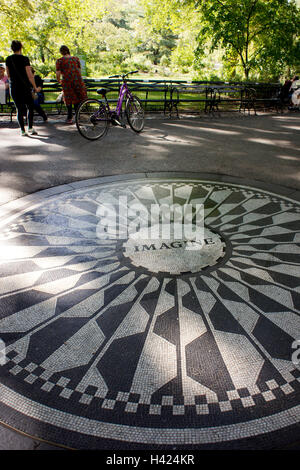 "John Lennon ""Imagine"" Mosaik Denkmal am Strawberry Fields im Central Park, New York. - Stockfoto"