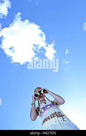 Frau, Fransen-Shirt, Blick Fernglas, Ansicht, Beobachtung, getrübt, Himmel, Sommer, außerhalb von Outlook, Interesse, - Stockfoto