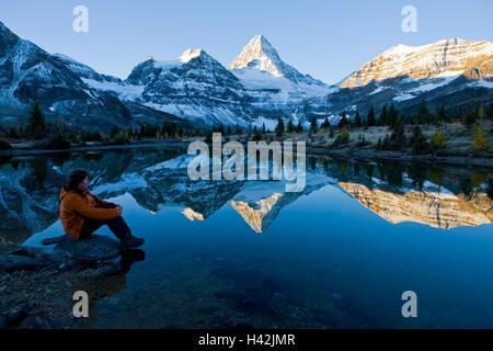 Alberta, Mount Assiniboine Provincial park, am See, Mann, Reflexion, Dämmerung, Mount Assiniboine, Herbst, - Stockfoto