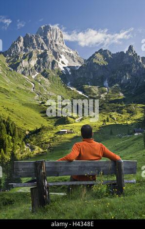 Österreich, Salzburger Land, Salzkammer Eigenschaft, Mitra, Gericht Alp, Mann, Bank, sitzen, Blick, - Stockfoto
