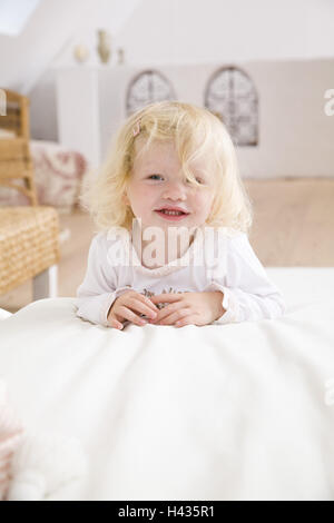 Wohnen Zimmer Sofa Kleinkind Mädchen Sitzen Ansichten Buch