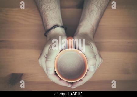 Mann hält eine Tasse Tee - Stockfoto