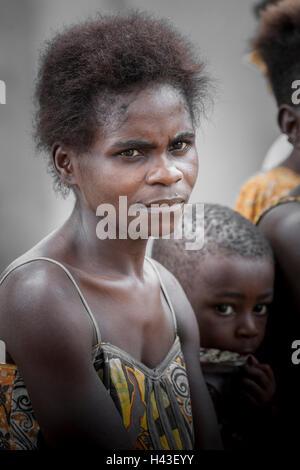 Pygmäen Frau und Kind, Menschen der Baaka, oder Baka oder Ba'aka, Grand Batanga, Region Süd, Kamerun - Stockfoto