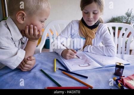 Terrasse, Geschwister, Farbe, Menschen, Kinder, Mädchen, junge, Bruder, Schwester, Aktivität, Notebook, Zeichen, Farbe, Lack, Uhr, Freizeit, Kreativität, außerhalb, Malerei Stockfoto